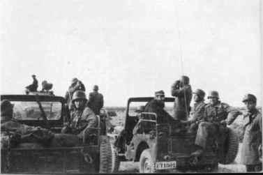 jeeps tras columna de carros M-24